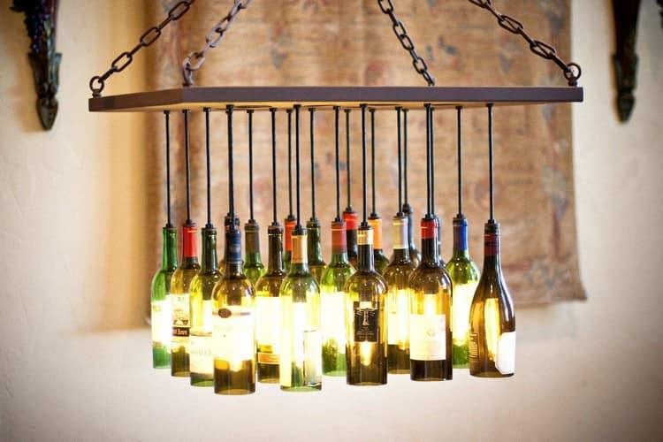 Большой светильник для загородного дома из стеклянных бутылок