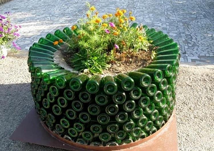 Оригинальная клумба из зеленых винных бутылок