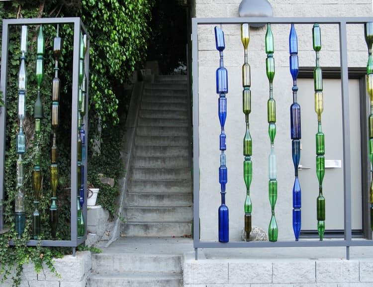 Декоративный забор на даче из разноцветных бутылок
