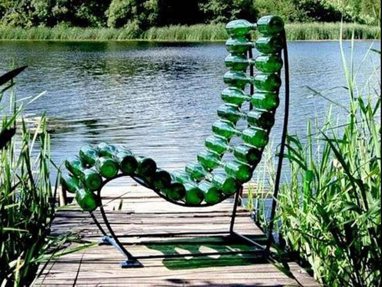 Необычное уличное кресло из металла и стеклянных бутылок