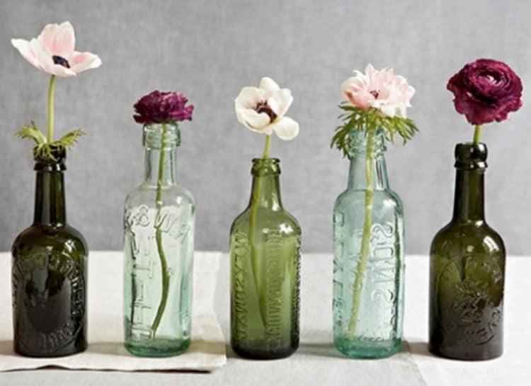 Маленькие стеклянные бутылочки можно использовать как вазы