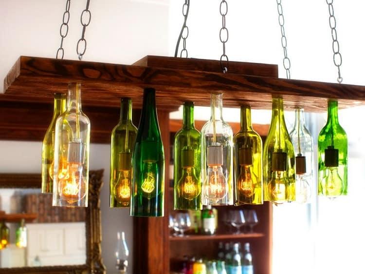 Сделать такой подвесной светильник из дерева, бутылок и цепи совсем не сложно