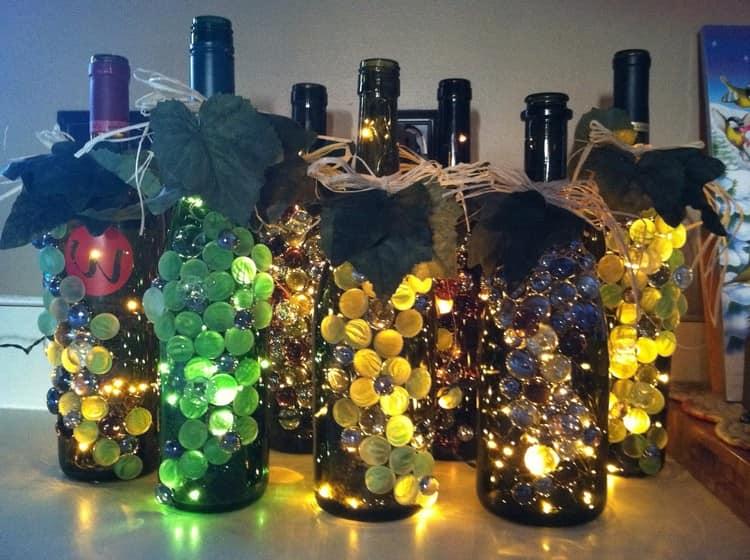 Светильники из гирлянды и винных бутылок
