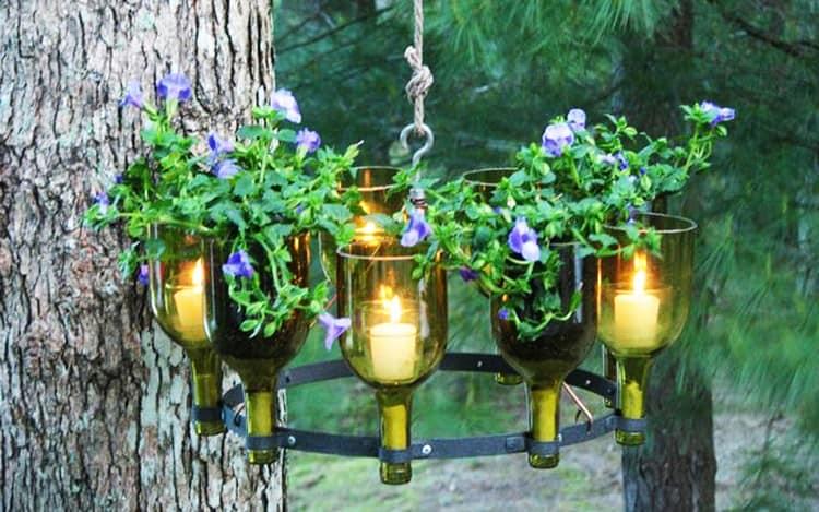 Уличный светильник из бутылок, цветов и свечей