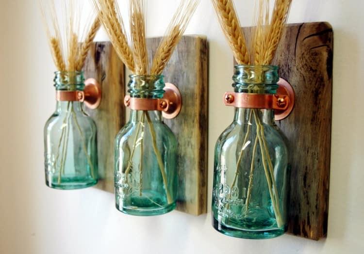 Маленькие стеклянные бутылочки в качестве настенных ваз
