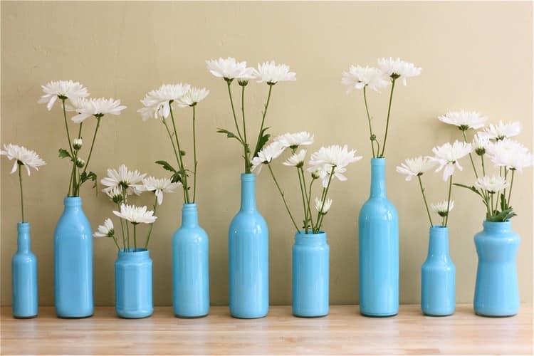 Голубые вазочки из бутылок разных форм и размеров