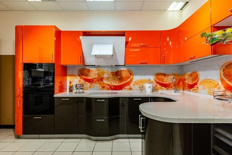 Яркая двухцветная кухня с угловой столешницей