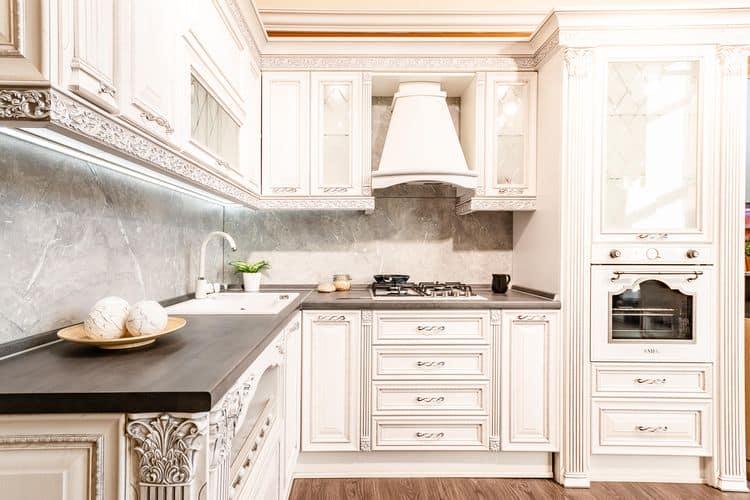 Нарядная белая кухня в классическом стиле от фабрики «ЗОВ»