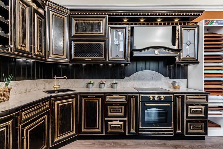 Черная кухня в глянце с точечной подсветкой – нестандартное предложение от фабрики «ЗОВ»
