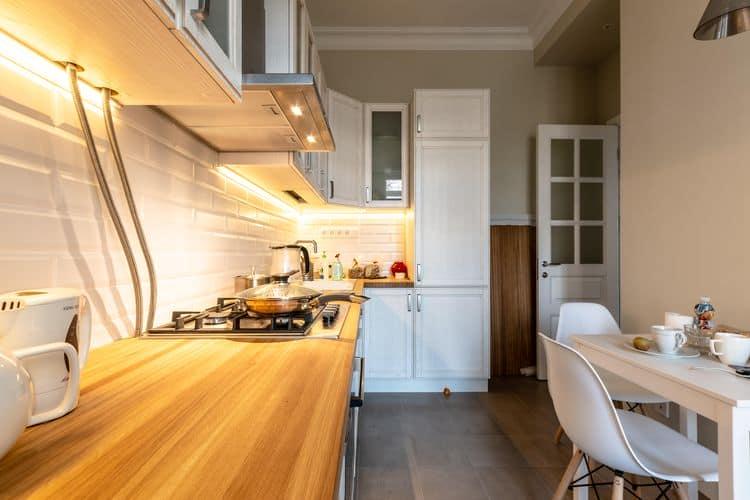 Древесные фактуры и белые фасады – одна из сильнейших комбинаций сезона
