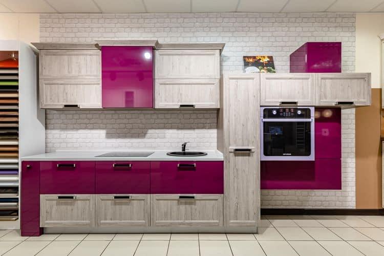 Светлое дерево и выбеленный камень с фиолетовыми акцентами в интерьере кухни