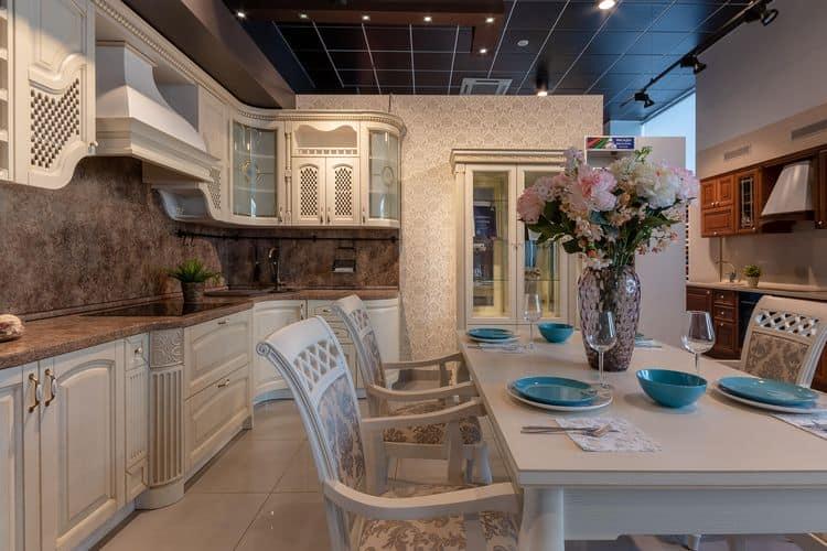 Монолитный каменный ансамбль кухонного фартука и столешницы