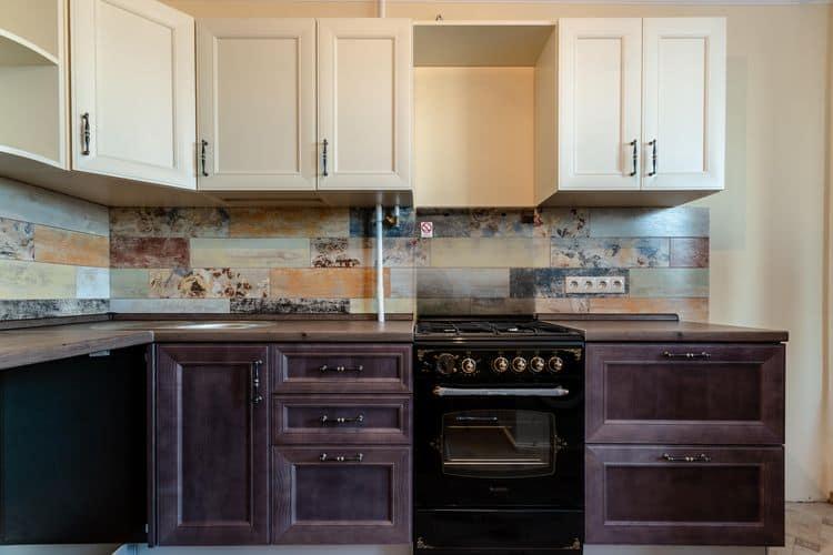 Отделка кухонного фартука тонированной плиткой