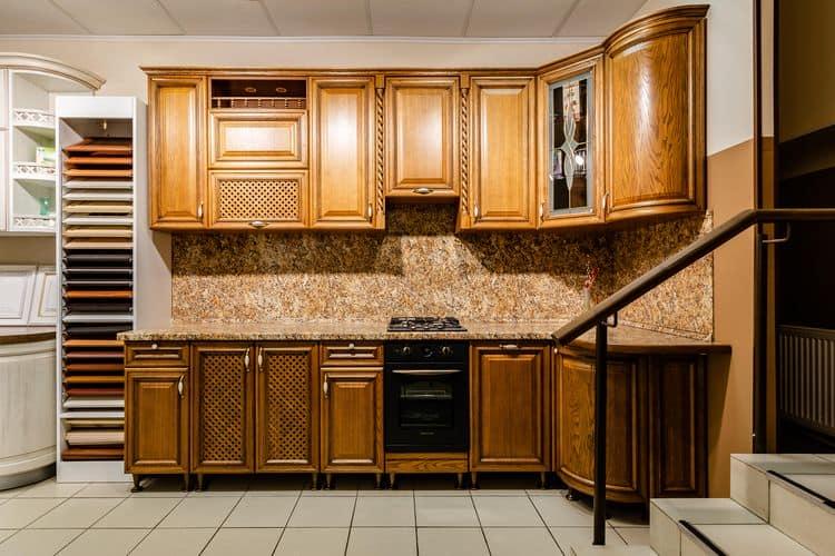 Удачное сочетание древесных фактур в интерьере кухни