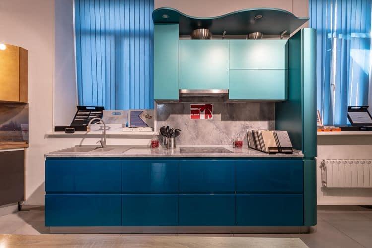 Кухонная столешница с накладной мойкой и закрытой варочной поверхностью