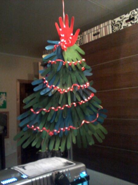 елка из ладошек разных оттенков зеленого