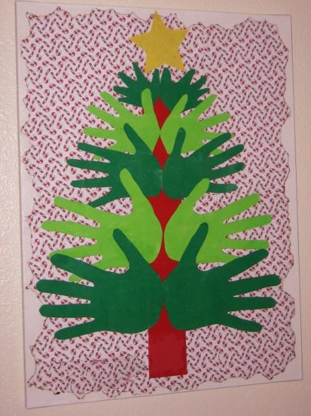 новогоднее деревоиз ладошек