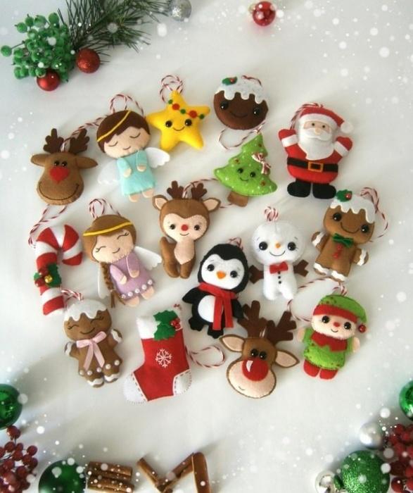 новогодние тематические игрушки из фетра