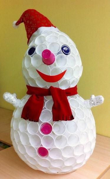 снеговик из пластиковых сткаканов