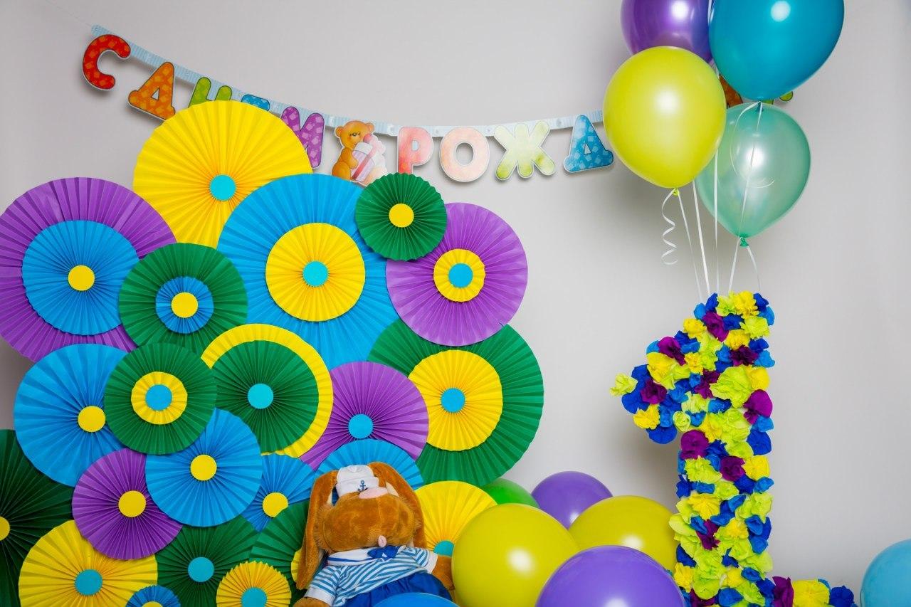 декор на день рождения большой цифрой, веерами и шарами
