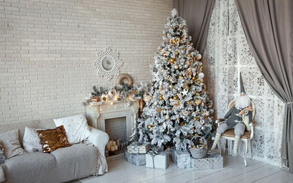 елка в белом цвете