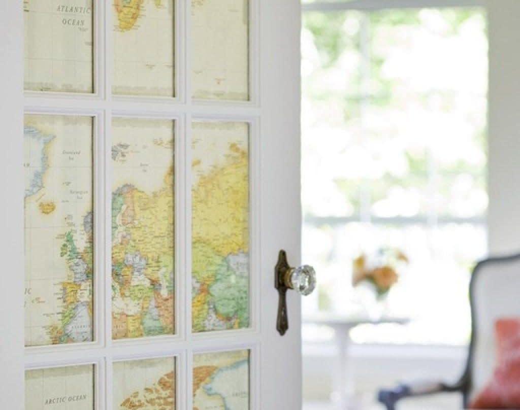 декор межкомнатной двери картой мира