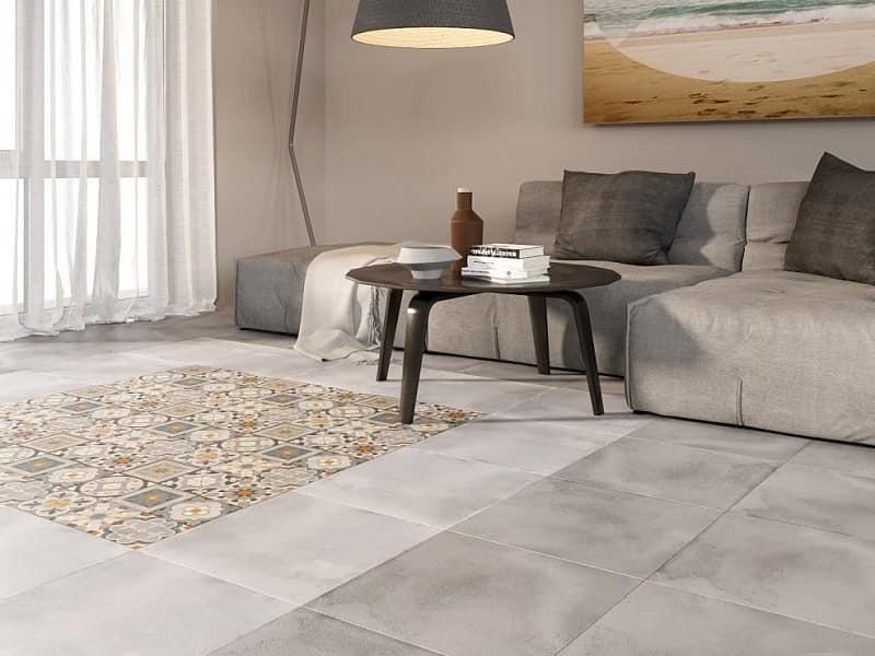 Керамическая плитка на полу в интерьере