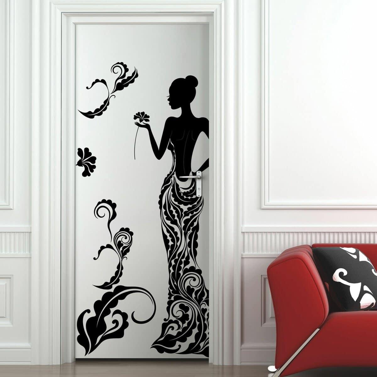декор двери с помощью трафарета