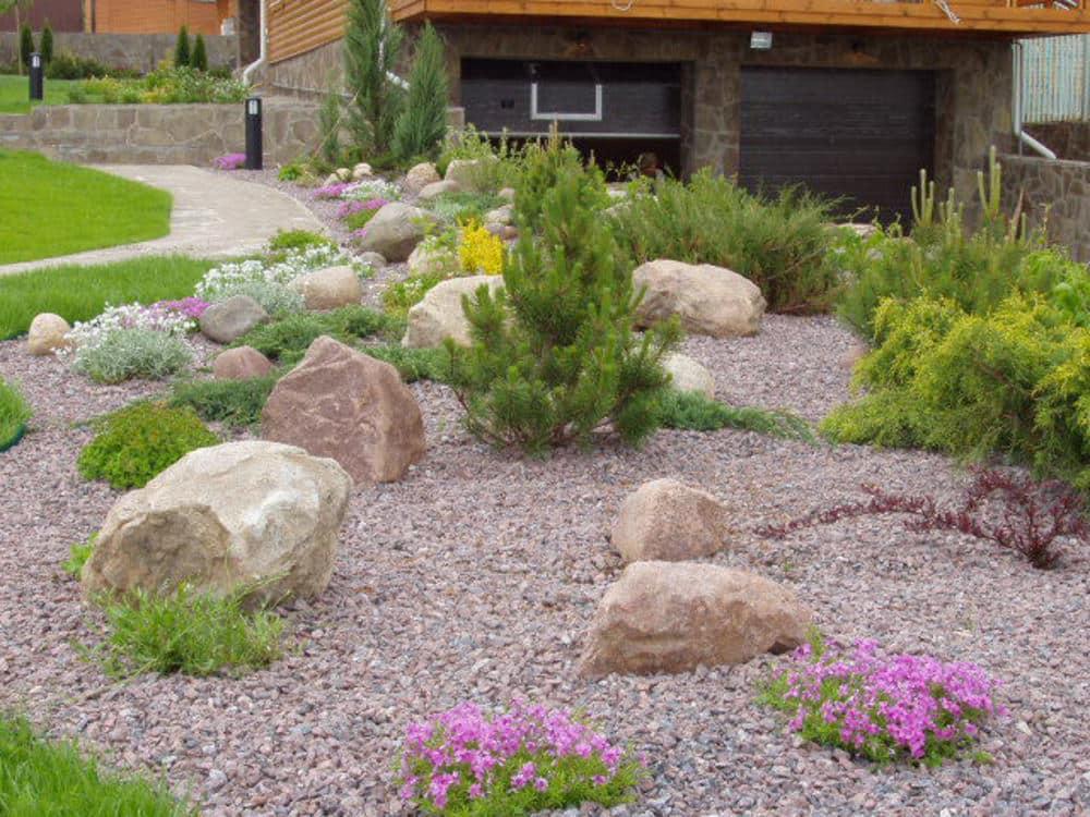 Природный камень в саду