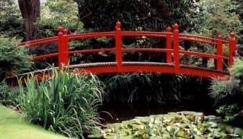 Декоративные мостики для сада — деревянные, кованые и каменные украшения для дачи (40 фото)