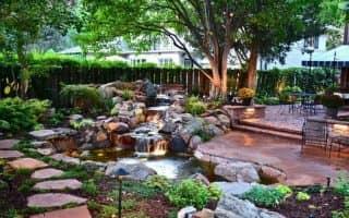 Дизайн двора загородного частого дома - идеи для садового участка (41 фото)