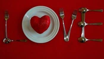 Сервировка и украшение стола на 14 февраля — готовимся ко дню святого Валентина (30 фото)