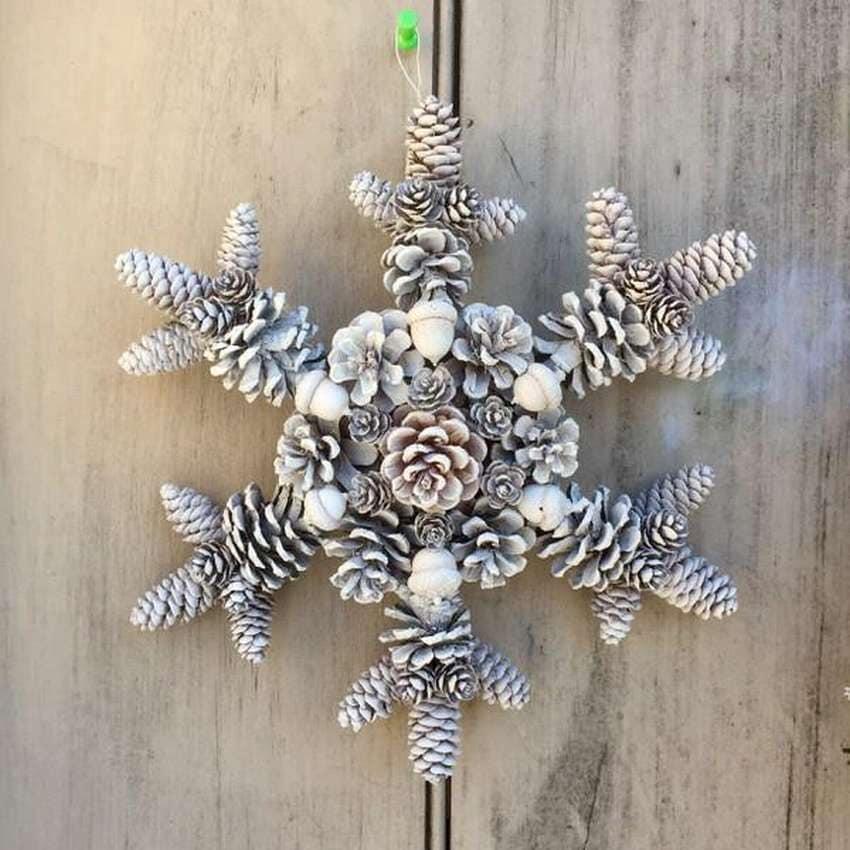 Снежинка из шишек