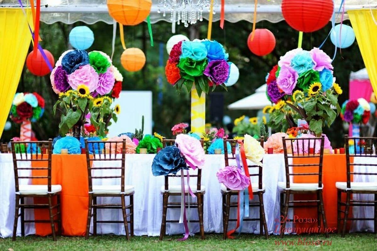 украшение праздника большими цветами, лентами и шарами