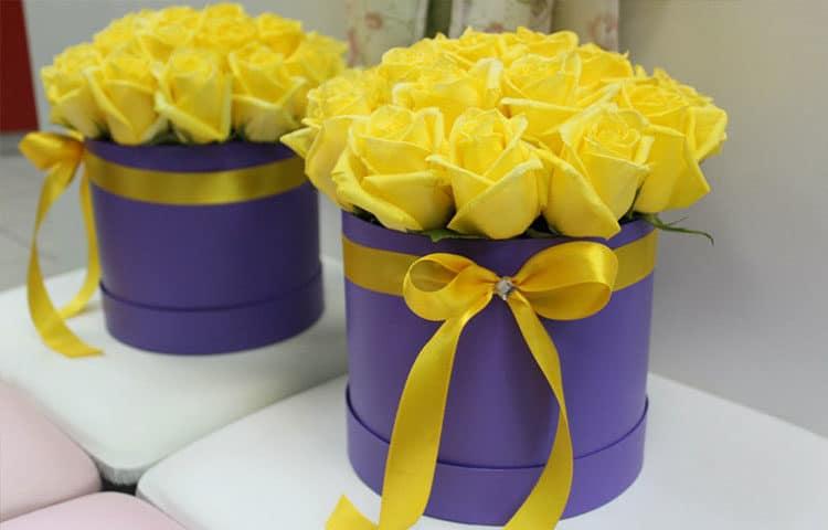 букет цветов в шляпной коробке